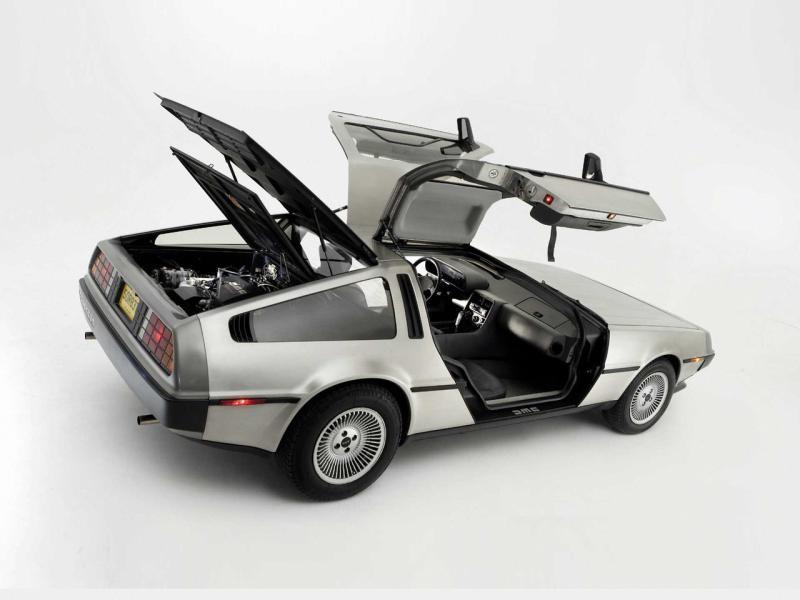 Серебристый купе DeLorean DMC-12 вид сбоку
