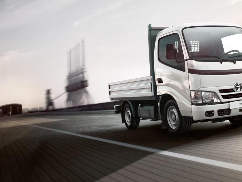 Белый бортовой грузовик Toyota Dyna