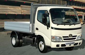 Белый грузовой Toyota Dyna
