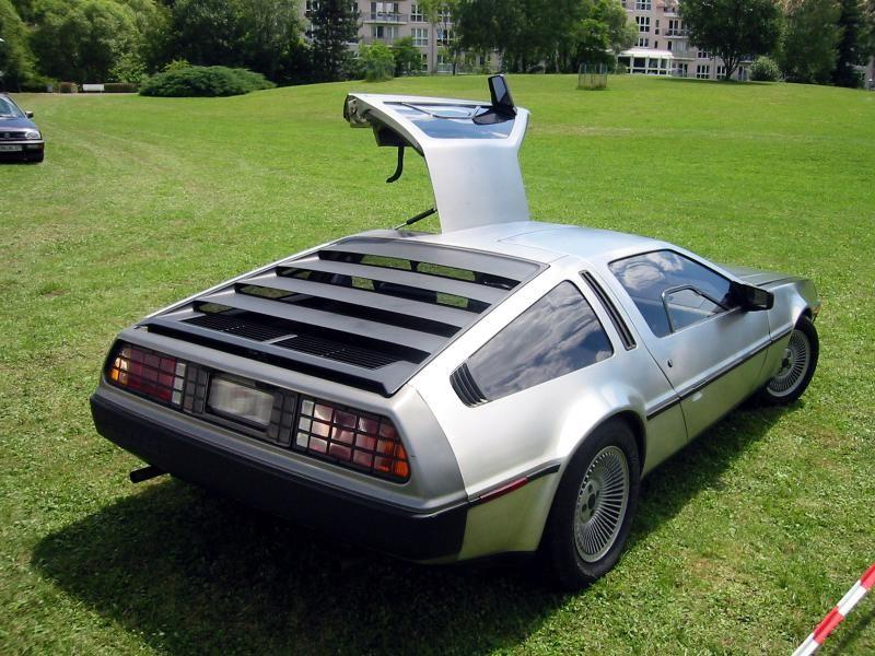 Серебристый купе DeLorean DMC-12 вид сзади