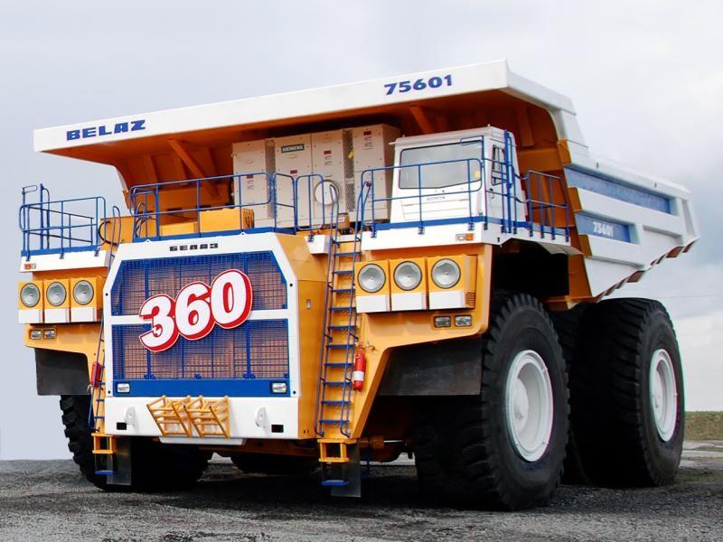 Карьерный самосвал БелАЗ-75601 вид спереди
