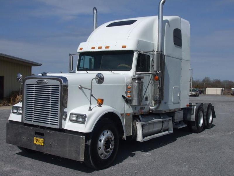 Белый тягач Freightliner FLD