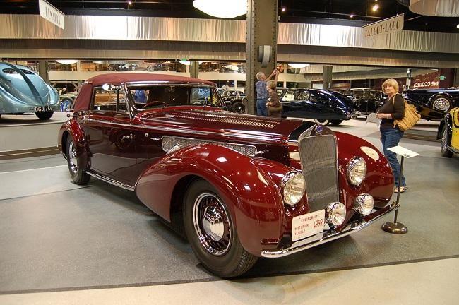 Красный купе Delage D8-120