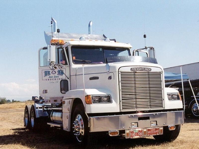 Белый Freightliner FLD вид спереди