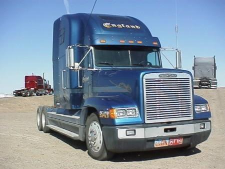 Синий тягач Freightliner FLD вид спереди