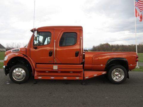 Красный грузовик Freightliner M2 Business Class вид сбоку