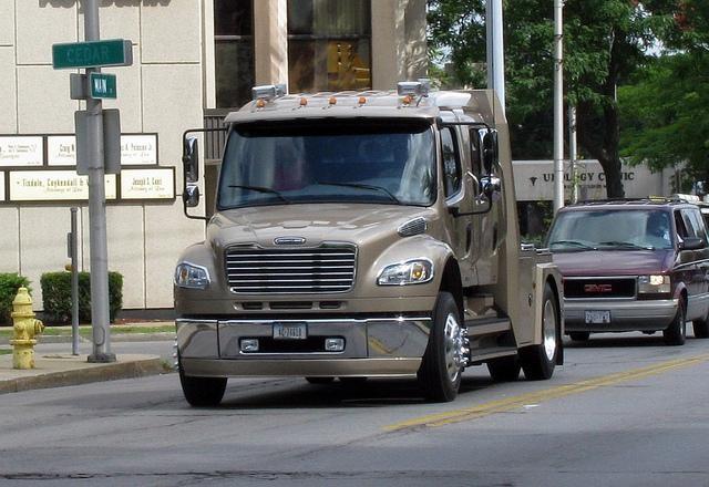 Серебристый Freightliner M2 Business Class вид спереди