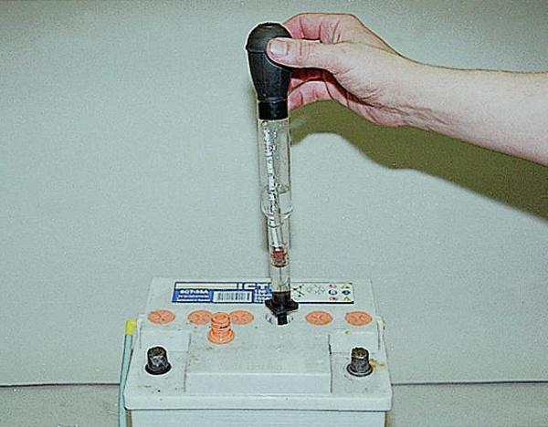 проверка плотности аккумулятора ареометром