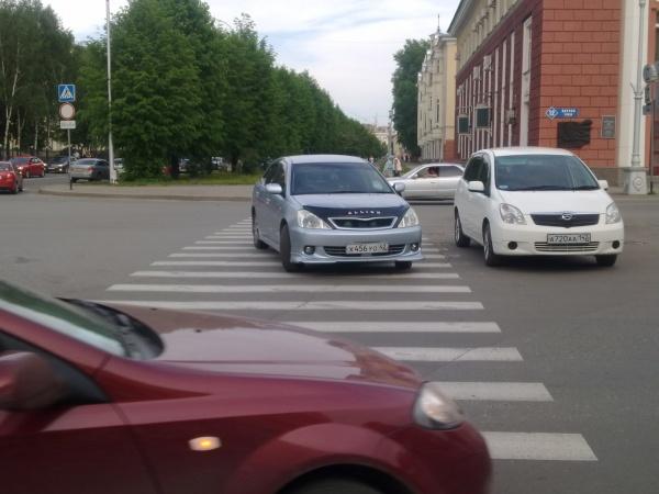 парковка перед знаком пешеходного перехода