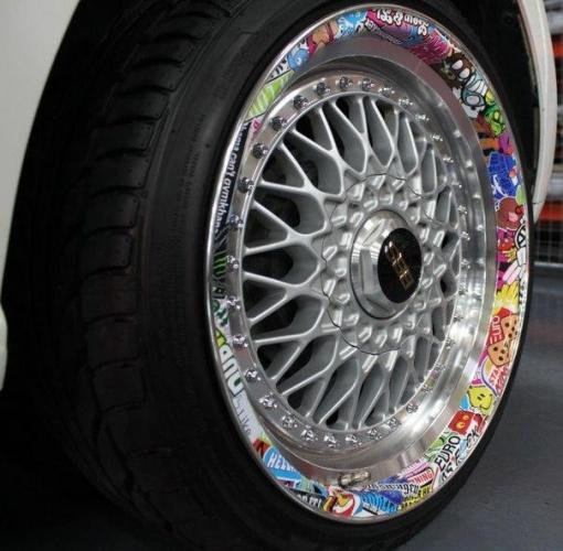 наклейка стикербомбинга на колесо
