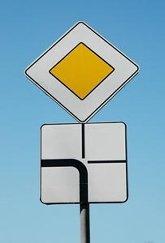 перекресток со знаком главная дорога