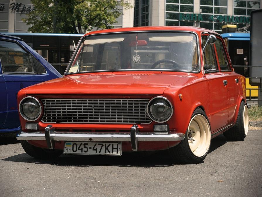 Красный ВАЗ 2101 на стоянке