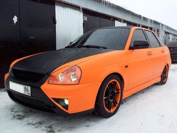Черно-оранжевая Лада Приора: вид спереди слева