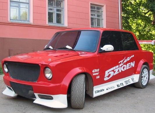 Красно-белый ВАЗ 2101 у розового здания