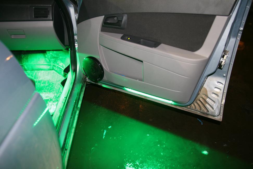 Лада приора с зеленой подсветкой у ног водителя
