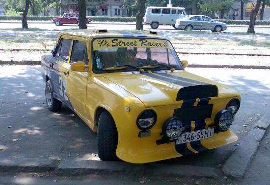 Передний бампер черно-желтого ВАЗ 2101