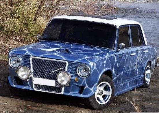 Сине-белый ВАЗ 2101 у водоема