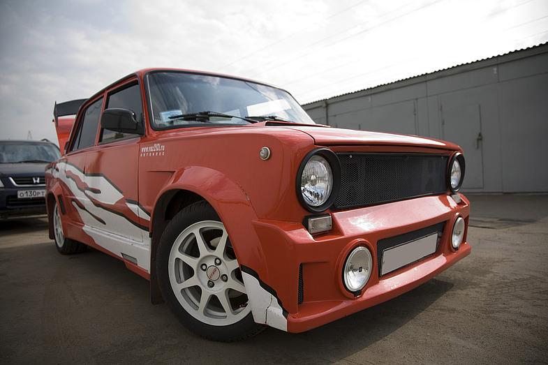 Красно-белый ВАЗ 2101 у гаражей