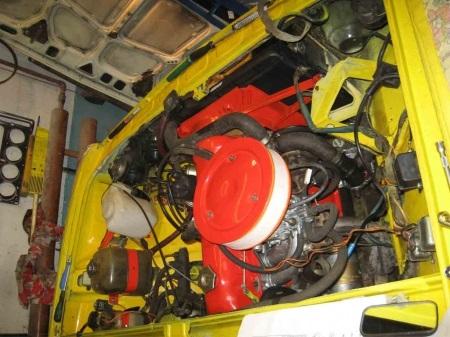 Двигатель желтого ВАЗ 2101