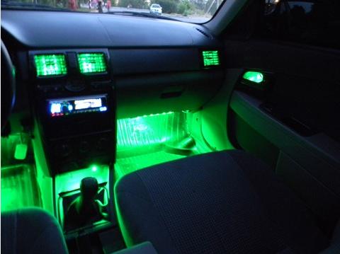 Салон Лады приоры с зеленой подсветкой у ног автомобилиста