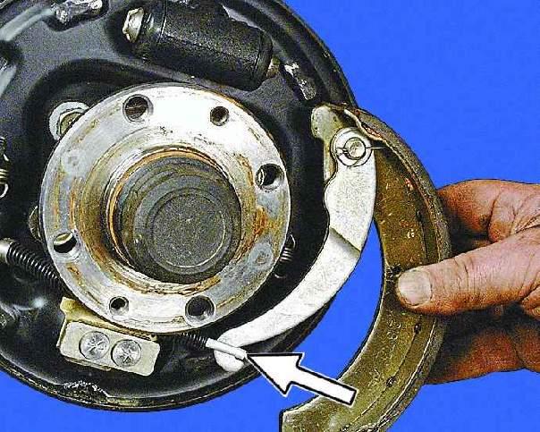 Фото №4 - замена тросика ручника ВАЗ 2110