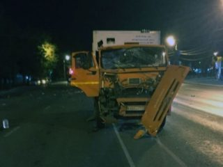Микроавтобус с пассажирами перевернулся от удара мусоровоза