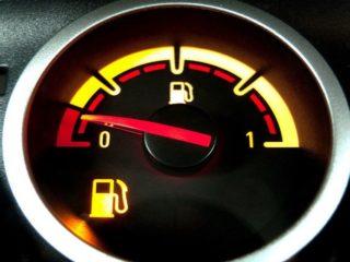 Какой километраж можно протянуть с мигающим индикатором топлива