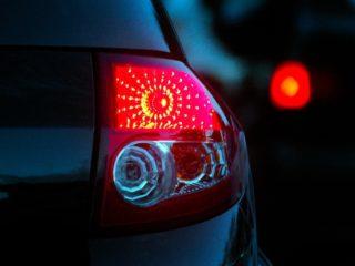 Почему у некоторых машин часто мигают стоп-сигналы