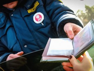 Водители по-прежнему обязаны предъявлять права инспекторам ГИБДД