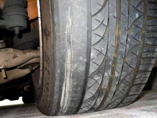 О каких неисправностях машины можно судить по износу шин