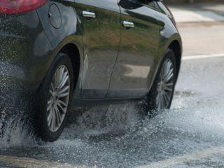 Как действовать, если автомобиль попал в аквапланирование