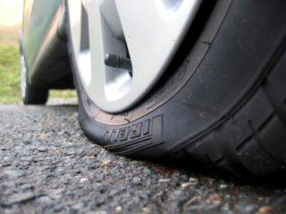 Как не угодить в аварию, если на ходу пробило колесо