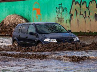 Чем опасен проезд луж на автомобиле