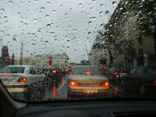 Что нужно учитывать при езде в дождливую погоду