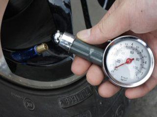 Как правильно накачивать колёса зимой
