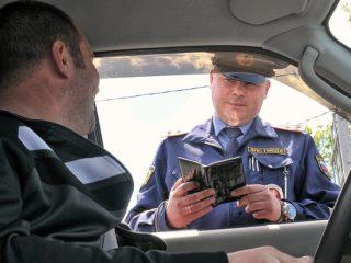 Инспектор ГИБДД фотографирует права при проверке: законны ли такие действия
