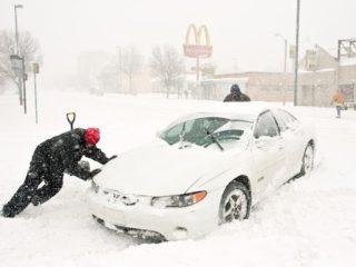 Как правильно вызволить машину из снежного плена