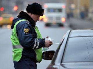 Сотрудник ГИБДД просит покинуть автомобиль: в каких случаях водитель обязан это сделать