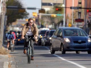 Можно ли велосипедисту двигаться по встречной обочине