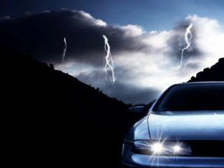 В машину ударила молния: что произойдет