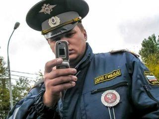 Имеет ли право сотрудник ГИБДД проверять права на парковке