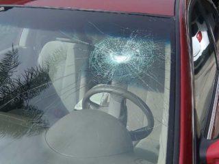 Из-под грузовика прилетел камень и попал в лобовое стекло личного автомобиля: что делать в подобной ситуации