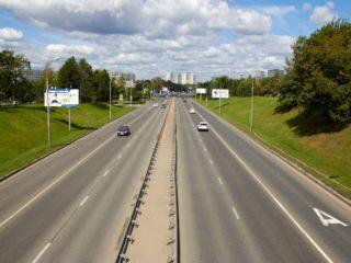 Зачем нужно нажимать на тормоз на пустой дороге: 3 причины